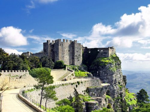 """Il castello di Venere, il grandioso e misterioso monumento che """"domina"""" la vetta di Erice."""