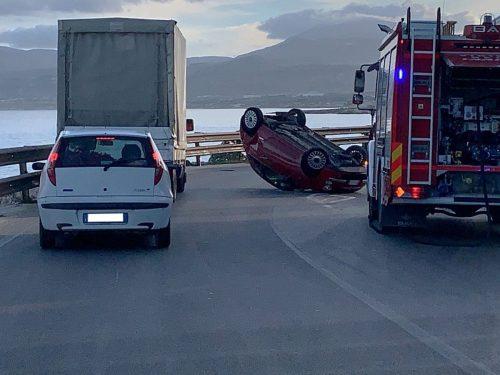 Pizzolungo, grave incidente: auto si ribalta rischiando di cadere in acqua.