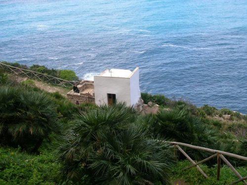 Nel cuore della riserva di Monte Cofano, una chiesetta circondata da uno scenario mozzafiato