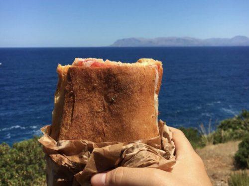 """Il pane """"cunzato"""" di Scopello: il principe dello street food siciliano da gustare in riva al mare"""