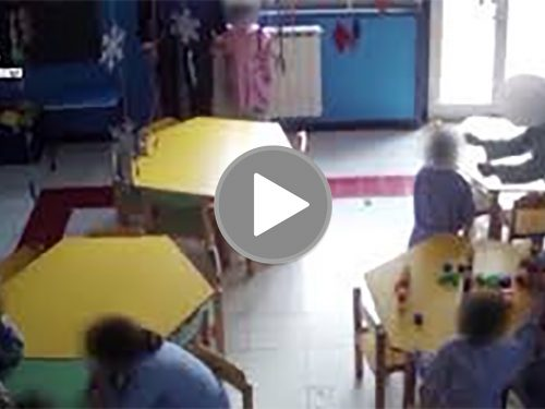 (Video) Urla, percosse e umiliazioni su bambini di 3 anni. Arrestata una maestra in provincia di Caltanissetta.