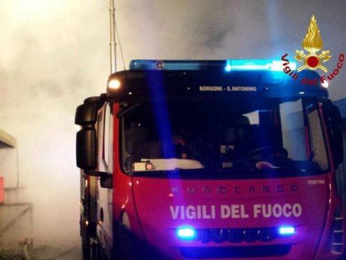 Incendio in un palazzo a Catania, persone intrappolate tra le fiamme.