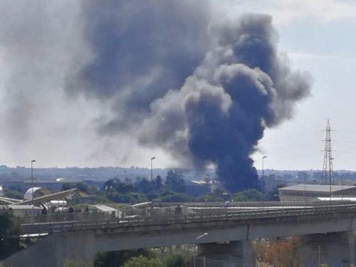 Allarme incendio a Trapani. I vigili del fuoco chiudono al traffico la zona industriale.