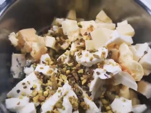 Una video-ricetta di Gianfranco Manuguerra: gnocchi ai 5 formaggi con pistacchio.