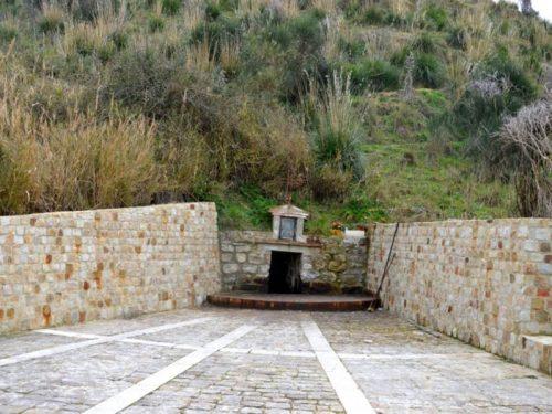 In Sicilia esiste una sorgente di olio minerale che cura le patologie della pelle