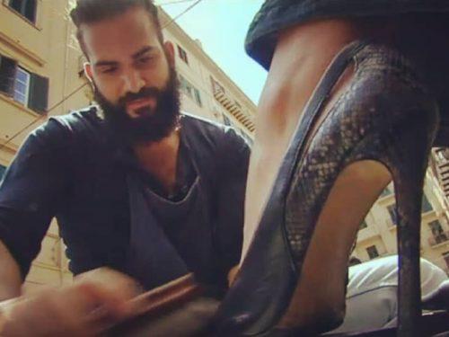 Vincenzo, l'odontotecnico palermitano che ha riscoperto il lavoro di lustrascarpe.