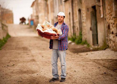 Il pane più buono d'Italia è prodotto in Sicilia in un borgo abbandonato dove l'unico abitante è un giovane panettiere.