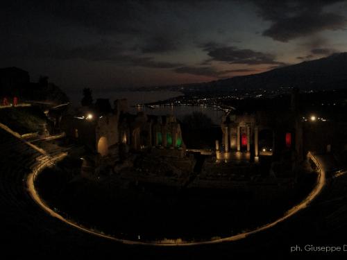 Coronavirus: Il teatro greco di Taormina si illumina con i colori del tricolore.