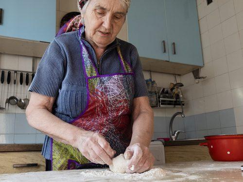 Nonna Rosa ci insegna a preparare il pane in casa mostrando l'arte e la semplicità del mangiare sano