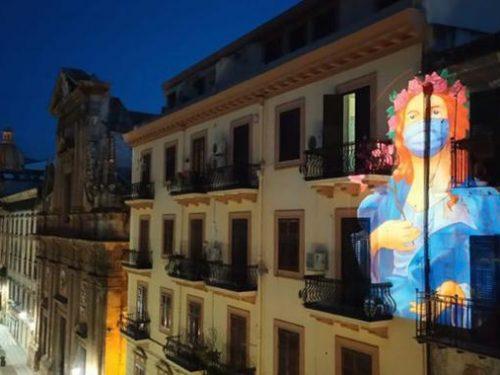 """Santa Rosalia, la """"santuzza"""" invocata a Palermo attraverso proiezioni sui palazzi."""