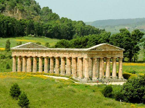 Segesta: la leggendaria città Elima immersa in un paesaggio mozzafiato.