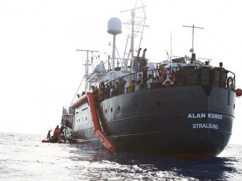 """100 migranti pronti a sbarcare a Lampedusa. I residenti: """"no sbarco, sarebbe ecatombe""""."""
