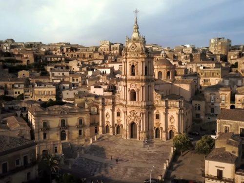 Il Duomo di San Giorgio a Modica: capolavoro d'arte barocca siciliana e patrimonio dell'umanità.