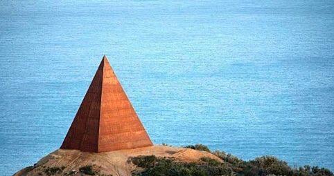 Sicilia, una suggestiva piramide affacciata sul mare che guarda le isole Eolie.