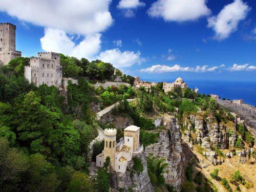 Erice: borgo medievale in cui l'arte e la cultura si intrecciano con la cucina e il mare fa da cornice
