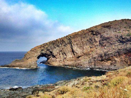 """""""L'elefante e la bambina"""": la leggenda dell'esplosione lavica che diede origine all'isola di Pantelleria"""