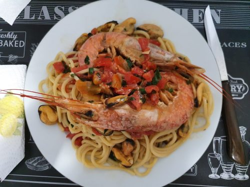 Spaghetti ai frutti di mare con cozze e gamberoni: un affresco per gli occhi e musica per il palato