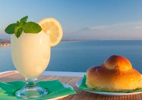 Granita e brioche: più che una colazione un rito che non può mancare in queste giornate di grande caldo