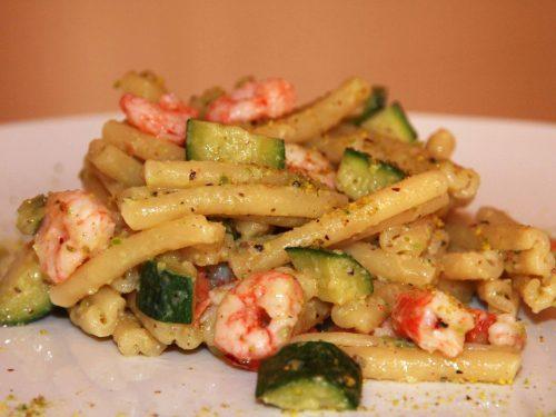 Pasta con pesto di pistacchi, zucchine e gamberetti: un  piatto fresco, gustoso e facile da realizzare
