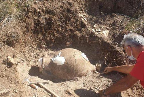 Sorprendente scoperta in Sicilia: la pioggia porta alla luce la tomba di un bambino di 2500 anni fa