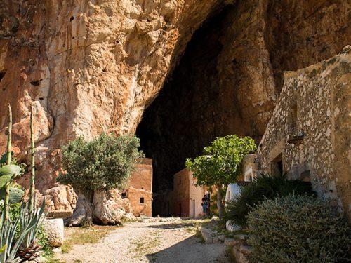 La Sicilia che incanta e stupisce: il fascino di un antico  borgo all'interno di una grotta preistorica