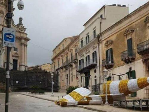 Un 2020 da dimenticare. Il forte vento abbatte il contestatissimo albero di Natale di Ragusa Ibla