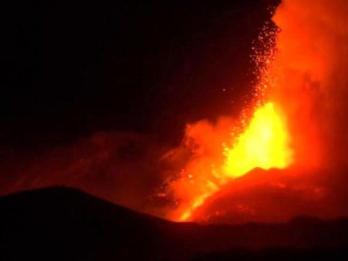 L'Etna torna ad eruttare: nella notte forti boati e fontane di lava visibili anche dalla Calabria