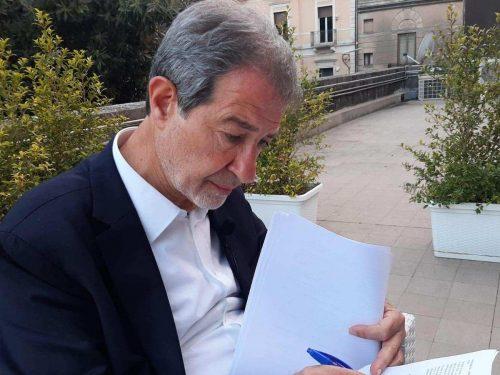 Musumeci firma l'ordinanza di Natale: tampone per chi arriva in Sicilia