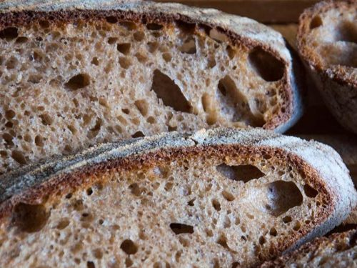 """A Castelvetrano  il pane nero presidio """"Slow Food"""". Storia e curiosità del pane, l'alimento più amato"""