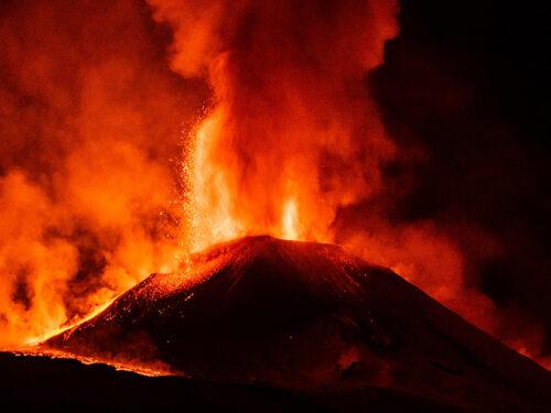 Nuova eruzione nella notte sull'Etna: fontane di lava alte un chilometro