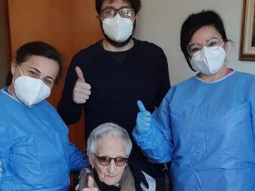 Nel ragusano somministrata la seconda dose di vaccino a una donna di 107 anni
